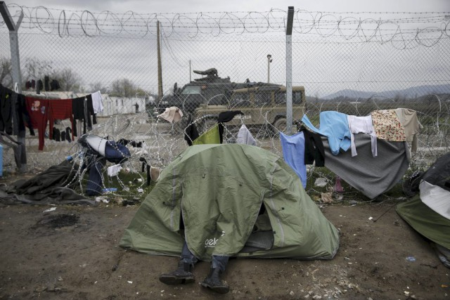 Un camp de fortune installé par des migrants non... (PHOTO ALKIS KONSTANTINIDIS, ARCHIVES REUTERS)