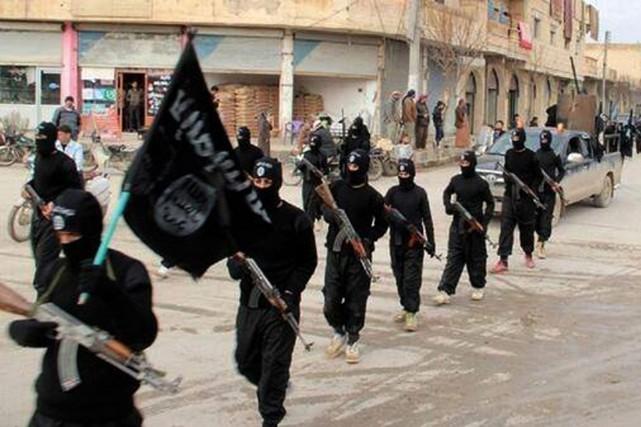 Des combattants du groupe État islamique défilent à... (PHOTO ARCHIVES ASSOCIATED PRESS)
