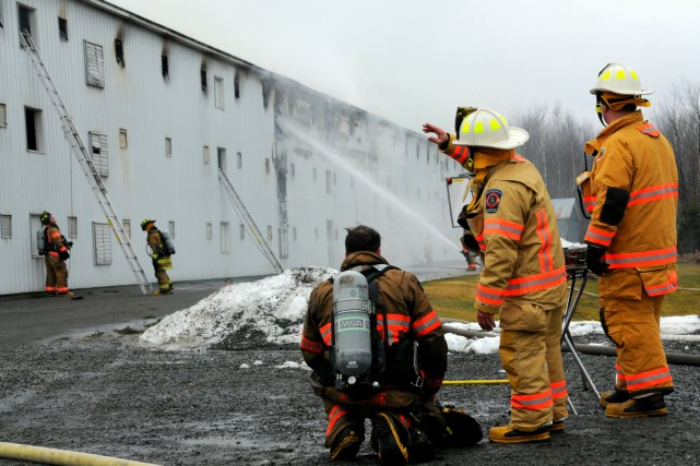 Les pompiers sont intervenus rapidement afin de limiter... (Photo collaboration spéciale Éric Beaupré)