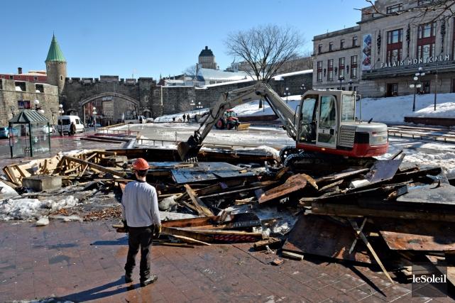Les employés municipaux ont procédé mercredi matin au démantèlement du kiosque... (Le Soleil, Patrice Laroche)