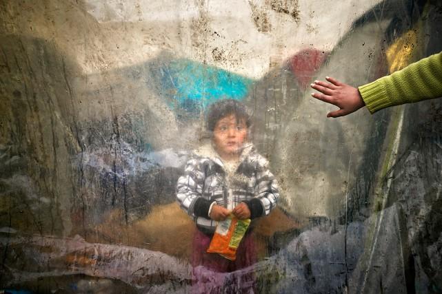 Un jeune enfant réfugié en Grèce attend à... (Photo Vadim Ghirda, archives AP)