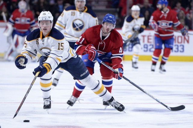Jack Eichel (15) et Paul Byron (41)... (Photo Eric Bolte, archives USA Today Sports)