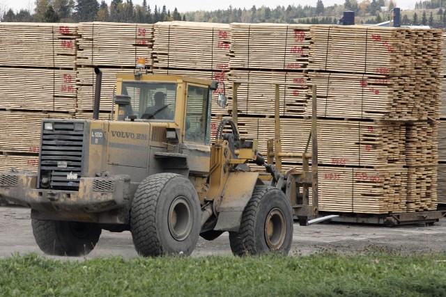 Au moment où les décisions américaines mettent en péril l'industrie canadienne... (PHOTO JACQUES BOISSINOT, ARCHIVES LA PRESSE CANADIENNE)