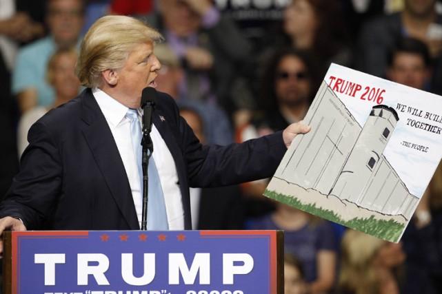 Donald Trump promet de construire un mur en... (PHOTO REUTERS)