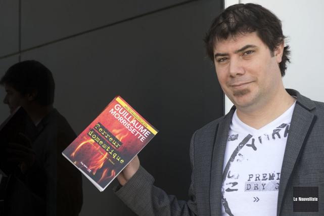 L'auteur trifluvien Guillaume Morrissette tient dans ses mains... (Stéphane Lessard, Le Nouvelliste)