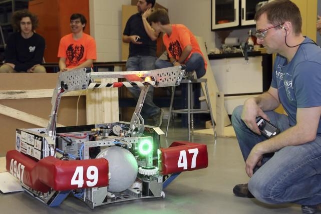 Le Fénix 4749 a présenté son robot au... (Christophe Boisseau-Dion)