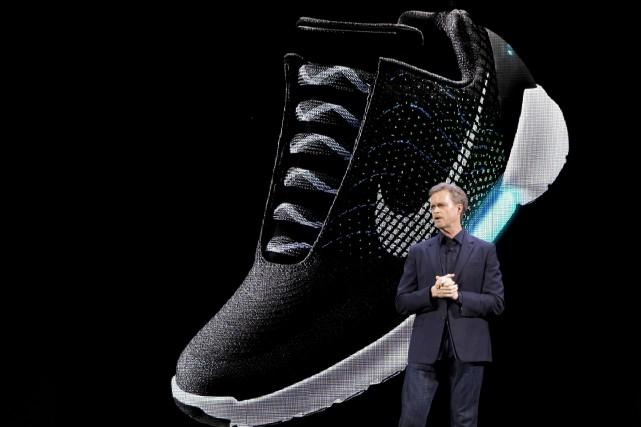 Le président de Nike, Mark Parker, devant l'image... (AP, Mary Altaffer)
