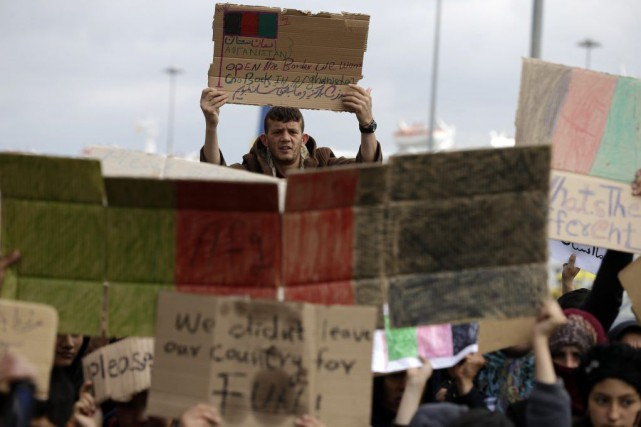 Des migrants manifestent pour l'ouverture des frontières de... (Photo Thanassis Stavrakis, Associated Press)