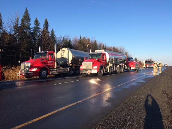 Un camion-citerne qui a pris feu sur l'autoroute 10 Est vers 4h15 ce matina... (Alain Dion)
