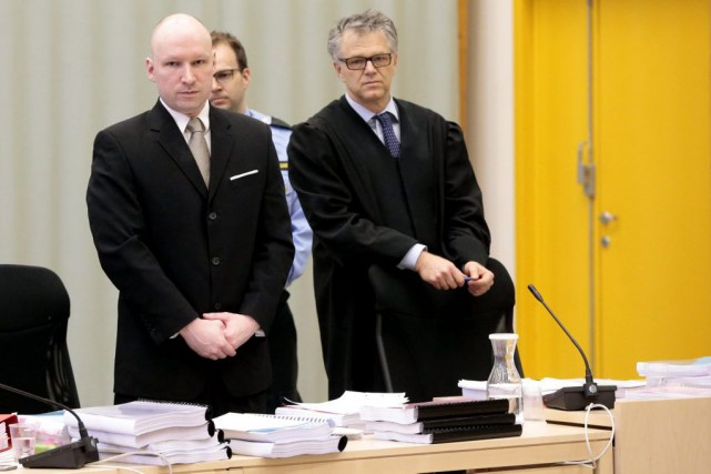 Anders Behring Breivik et son avocat Oystein Storrvik... (Photo Lise Aserud, Associated Press)