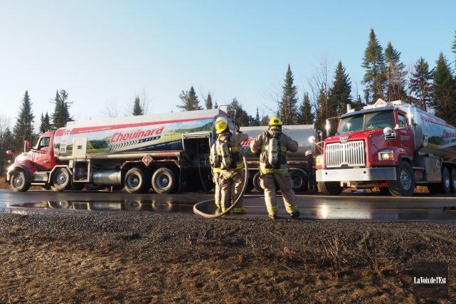 Un camion-citerne qui a pris feu sur l'autoroute 10 Est a forcé sa fermeture... (Photo La Voix de l'Est)