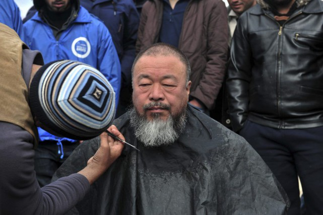 L'artiste chinois Ai Weiwei, qui multiplie les actions pour attirer l'attention... (PHOTO AFP)
