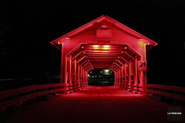 Surgissant au milieu de la nuit, le pont... (La Tribune, Maryse Carbonneau)