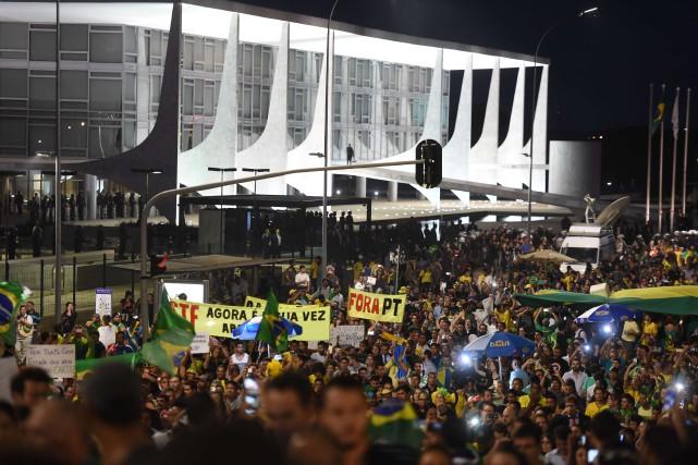 Des manifestations ont lieu devant le palais présidentiel,... (PHOTO EVARISTO SA, AGENCE FRANCE-PRESSE)