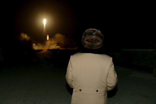 Kim Jong-un assiste au lancement d'un missile à... (PHOTO KCNA VIA REUTERS)