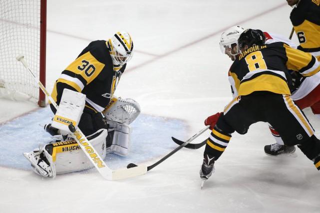 Le gardien des Penguins Matt Murray arrête un... (Gene J. Puskar)