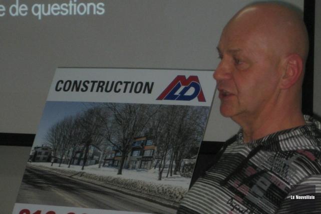Le promoteur Luc Durand expliquant son projet résidentiel... (Marc Rochette, Le Nouvelliste)