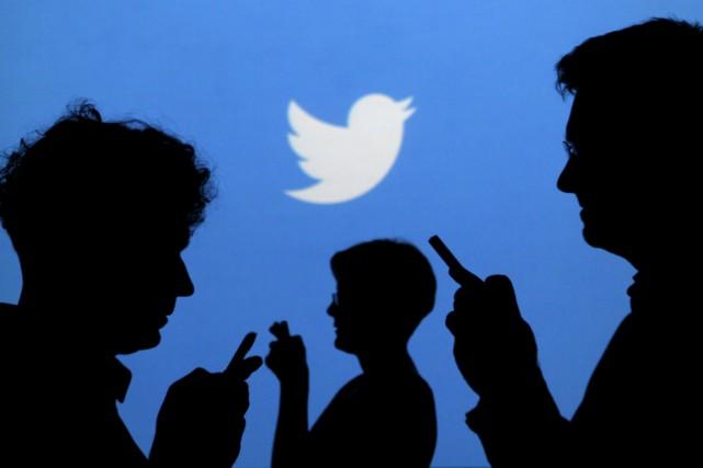 Twitter a affirmé vendredi son refus de supprimer les comptes ou les messages... (PHOTO ARCHIVES REUTERS)