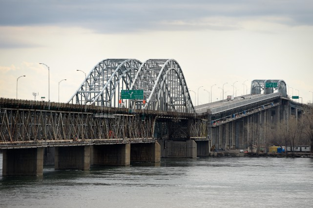 Les deux voies du pont Mercier en direction... (PHOTO BERNARD BRAULT, LA PRESSE)