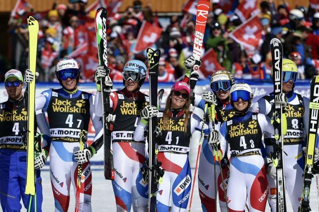 L'équipe suisse de ski alpin célèbre sa victoire.... (Photo Fabrice Coffrini, AFP)