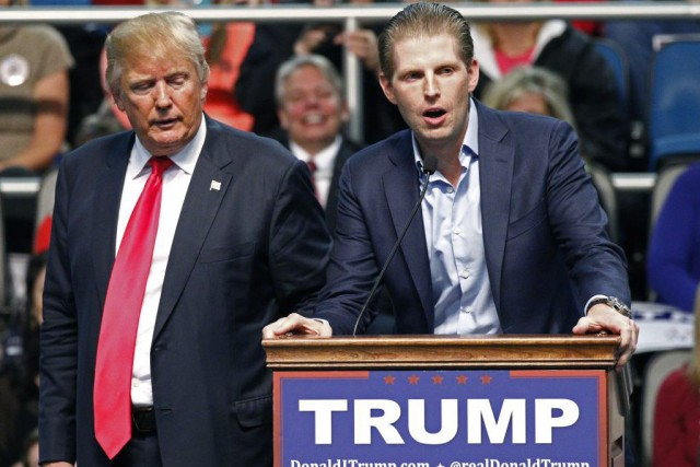 Donald Trump et son fils Eric Trump.... (Photo Rogelio V. Solis, archives Associated Press)
