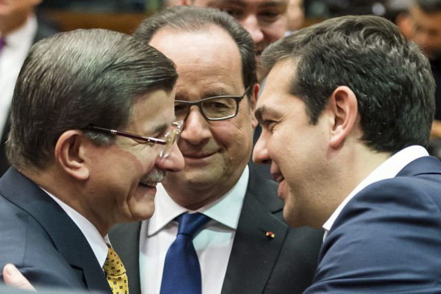 Le premier ministre turc Ahmet Davutoglu avec le... (Photo Geert Vanden Wijngaert, Associated Press)