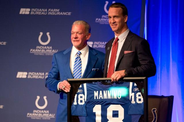 Le propriétaire des Colts d'Indianapolis, Jim Irsay, et... (Photo Michael Conroy, AP)