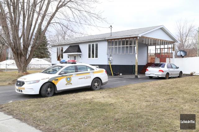 Les policiers de la Sûreté du Québec mènent une perquisition dans une résidence... (Janick Marois, La Voix de l'Est)