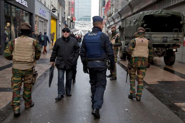 Les policiers ont traqué Salah Abdeslam, suspect-clé des... (AP, Virginia Mayo)