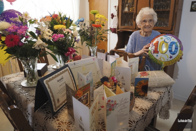 Jeannette Ballard, qui a récemment célébré son 100e... (Alain Dion, La Voix de l'Est)