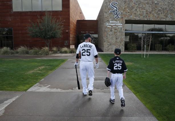 Adam LaRoche et son fils Drake à leur... (Archives AP, John Locher)