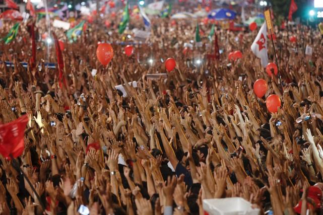 Des milliers de Brésiliens sont descendus dans la... (AP, Andre Penner)