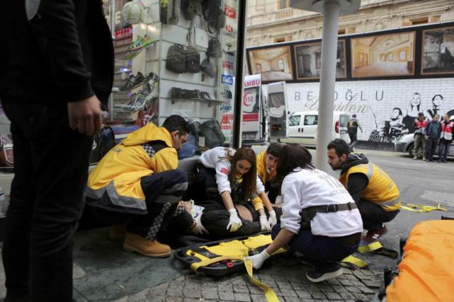 Des secouristes viennent en aide à un homme... (PHOTO KEMAL ASLAN, REUTERS)