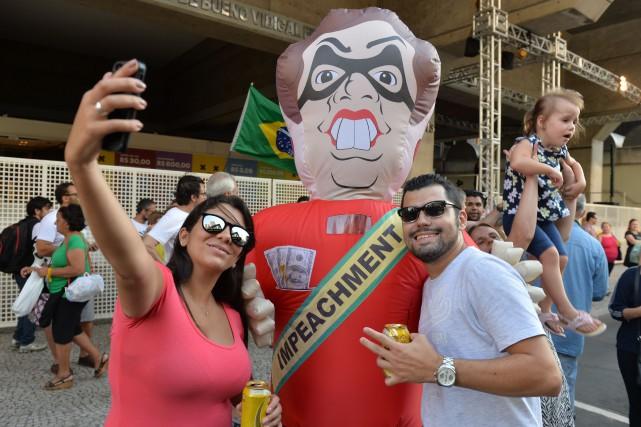 Des gens prennent un selfie devant un ballon... (PHOTO NELSON ALMEIDA, AGENCE FRANCE-PRESSE)