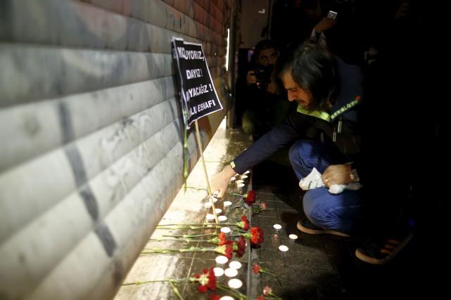 Un homme allume un lampion près du site... (AP, Emrah Gurel)