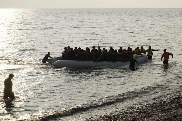 Des réfugiés arrivent à bord d'un bateau de... (PHOTO AGENCE FRANCE-PRESSE)