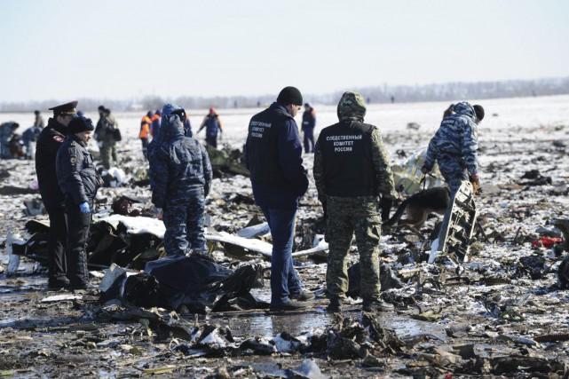 Des enquêteurs sur les lieux de l'écrasement.... (PHOTO ASSOCIATED PRESS)
