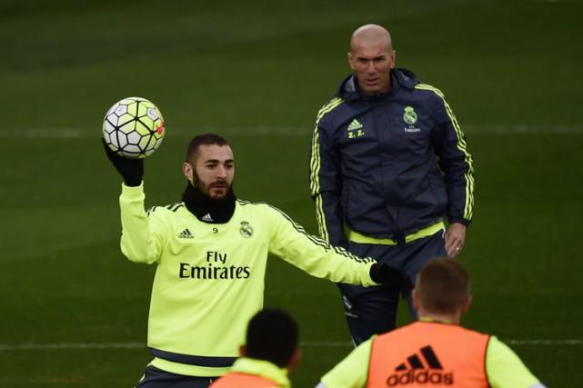 Karim Benzema etZinédine Zidane lors d'un entraînement samedi... (PHOTO AFP)
