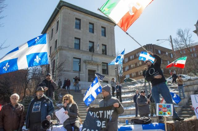 Une quarantaine de personnes ont manifesté devant l'hôtel... (Photo Spectre Média, Julien Chamberland)