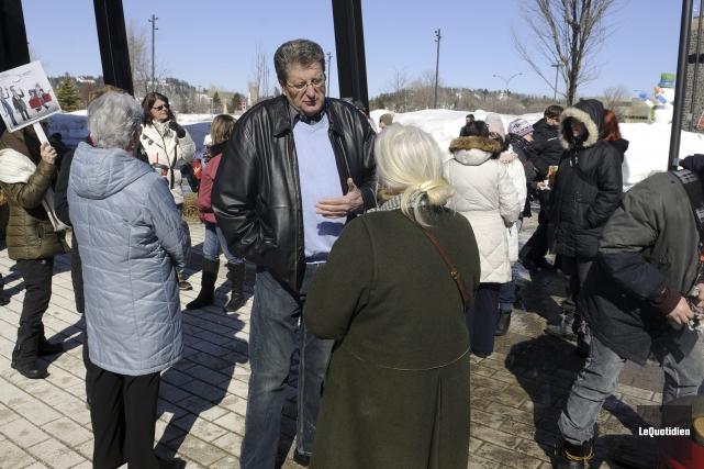 Une vingtaine de personnes se sont rassemblées pour dénoncer les mesures... (Photo Le Quotidien, Mariane L. St-Gelais)