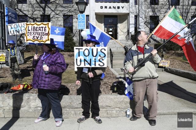 Une demi-douzaine de manifestants se sont réunis pour... (Julie Catudal, La Voix de l'Est)