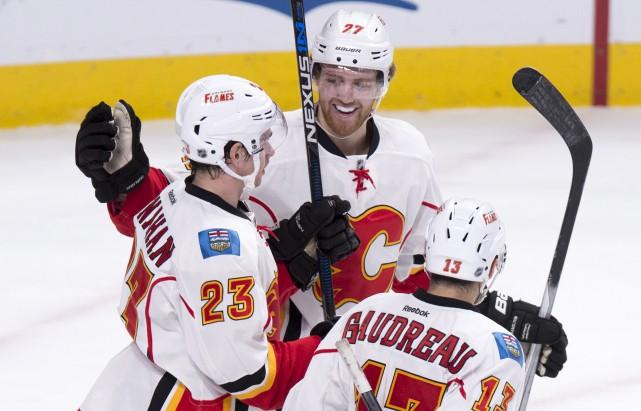 Sean Monahan (à gauche) reçoit les félicitations de... (La Presse Canadienne, Paul Chiasson)