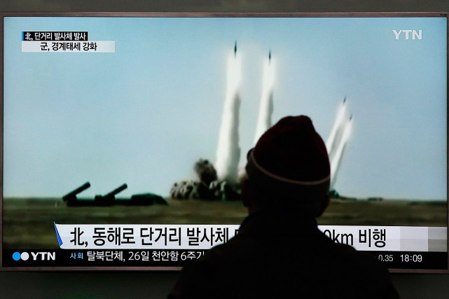 Un sud-coréen regarde la télévision montrant des images... (Photo Lee Jin-man, AP)