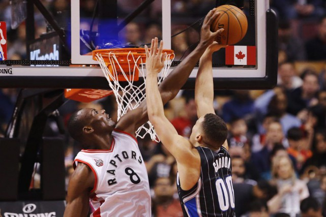 Bismack Biyombo (8) bloque le lancer d'Aaron Gordon... (PHOTO MARK BLINCH, PC)