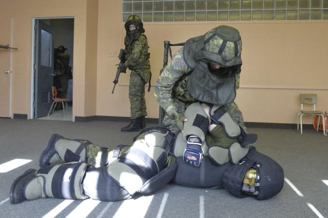 Les Fusiliers de Sherbrooke et une vingtaine de... (Photo Spectre Média, Maxime Picard)