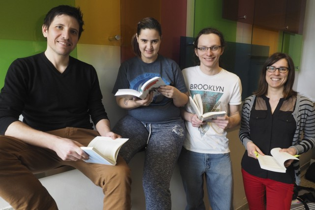 Dominic Marcil, enseignant en littérature, les étudiants Kaïna... (photo Alain Dion)