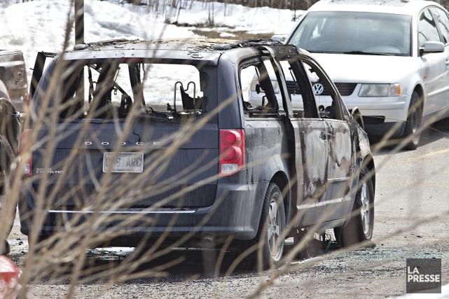 Une fourgonnette incendiée a été retrouvée non loin... (Photo Patrick Sanfaçon, La Presse)
