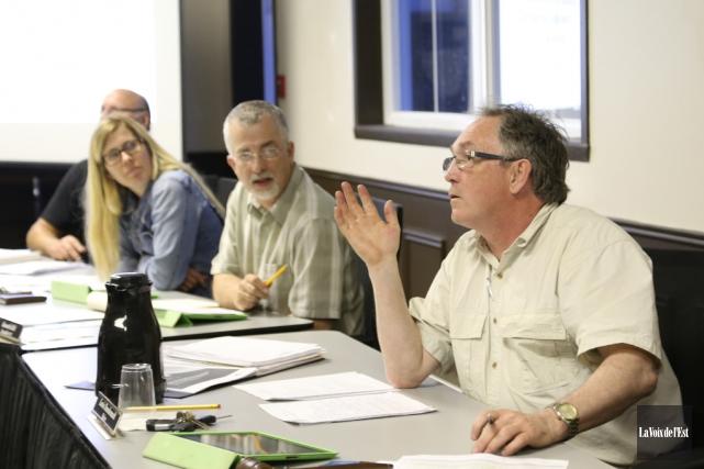 Le maireLouis Dandenault (à droite) s'exprime lors d'une... (Janick Marois, archives La Voix de l'Est)
