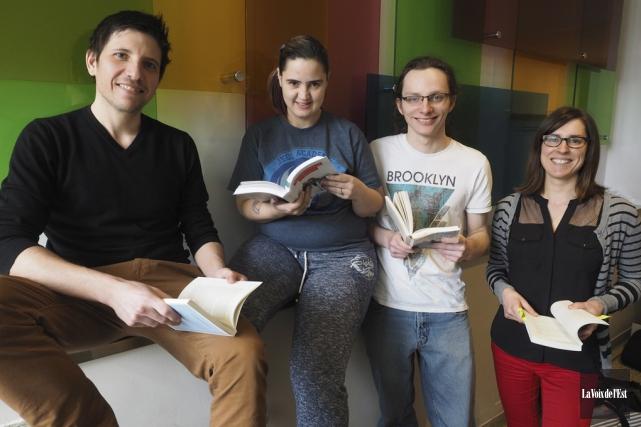 Dominic Marcil, enseignant en littérature, les étudiants Kaïna... (Alain Dion, La Voix de l'Est)