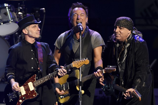 Bruce Springsteen (au centre) a tenu un spectacle à... (Associated Press)